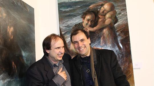 Sie sind im Leben und auf dem Gemälde Freunde: der Kurator Rafael Ramirez Maro (l.) und der Künstler Alejandro DeCinti, der einige seiner Gemälde derzeit in der Burggalerie ausstellt. Foto: J. Klieser
